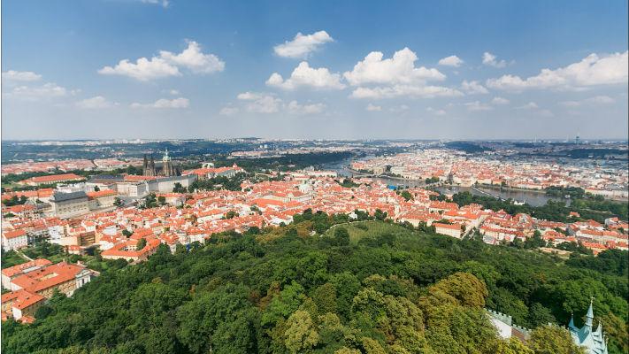 Вид с холма Петршин в Праге фото