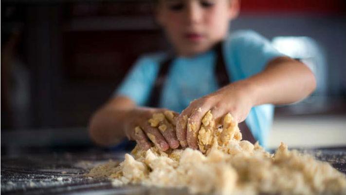 Ребенок на занятиях по кулинарии