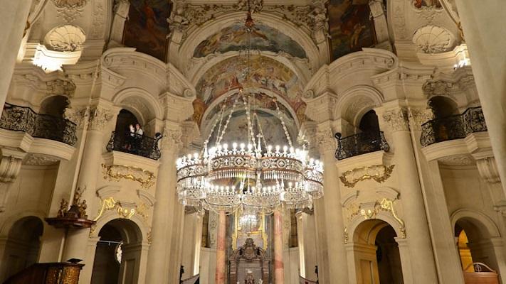 Люстра в церкви Святого Николая  в Праге