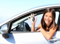 Счастливая девушка за рулем автомобиля