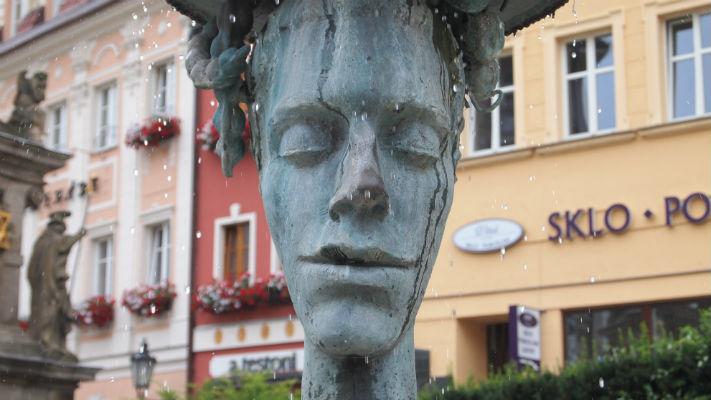 Скульптура рядом с отелем Дворжак в Карловых Варах